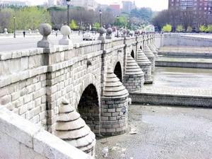 Сеговийский мост в Мадриде.